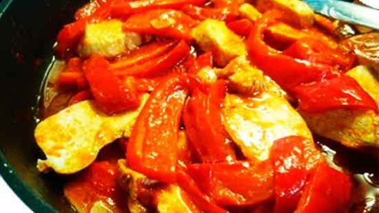 Pavo rehogado con pimientos y zanahoria